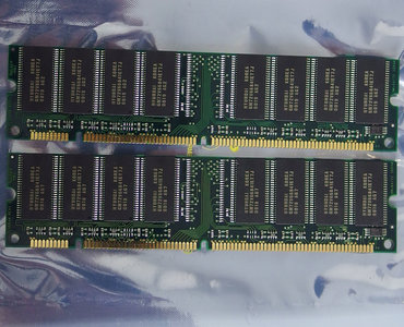 Set 2x LG Semicon GMM2649233ETG-7J 64 MB 64MB 128 MB 128MB kit PC100 CL3 168-pin DIMM SDRAM memory modules