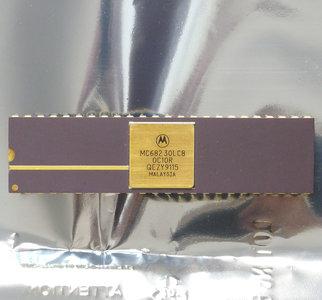 Motorola MC68230LC8 DIP48 I/O controller chip - 48-pin vintage retro 80s gold cap